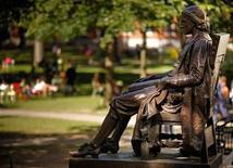 <p>The statue of John Harvard sits in Harvard Yard at Harvard University in Cambridge, Massachusetts September 21, 2009. REUTERS/Brian Snyder</p>