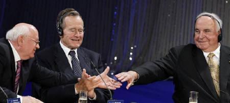 10月31日、東西ドイツを分断していた「ベルリンの壁」崩壊から20年を迎えるのを前に、コール元独首相(右)とブッシュ元米大統領(中央)、ゴルバチョフ元ソ連大統領(左)が出席して記念式典が開催された(2009年 ロイター/Fabrizio Bensch)