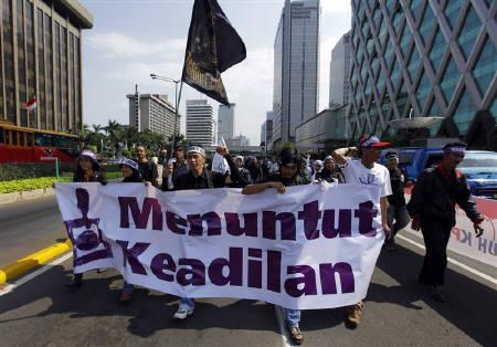 A group of youths take part in a protest to support the Corruption Eradication Commission (KPK) on a main street in Jakarta November 2, 2009. Indonesia's president on Monday ordered an investigation into an alleged plot against the country's anti-corruption agency. REUTERS/Beawiharta