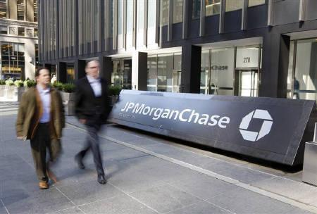 People walk past the JPMorgan Chase & Co building after Chase said yesterday it was buying Bear Stearns for $2 a share in New York March 17, 2008. REUTERS/Chip East  (UNITED STATES)