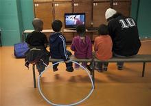 <p>Bambini davanti alla televisione. REUTERS/Philippe Wojazer</p>