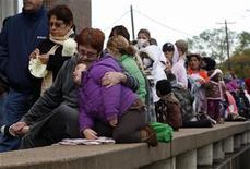 <p>Persone in fila in attesa di ricevere il vaccino anti H1N1, ad Haltom City, Texas. REUTERS/Jessica Rinaldi</p>