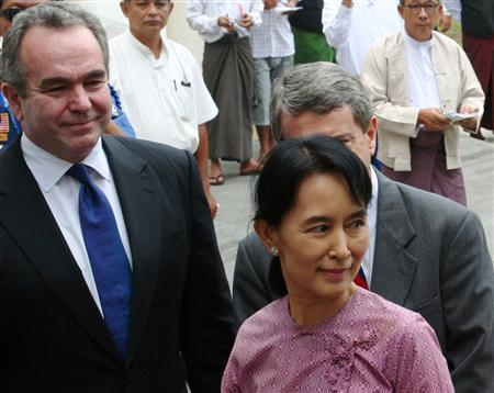 Aung San Suu Kyi (C) arrives for a meeting with U.S. Assistant Secretary of State for East Asian and Pacific Affairs Kurt Campbell (L) at the Inya Lake Hotel in Yangon November 4, 2009. A delegation of senior U.S. officials, pursuing a new dialogue, met with Myanmar's military rulers on Tuesday in the highest-level talks with the reclusive junta in 14 years. The move by President Barack Obama's administration to engage the junta appeared focused on pushing for free and fair elections next year, although analysts said the rapprochement was as much about geopolitics and the growing regional influence of China. REUTERS/Aung Hla Tun