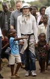 <p>Cantora norte-americana Madonna com seus dois filhos adotados visitando povoado do Malauí em outubro de 2009. O Malauí ameaçou na quinta-feira prender camponeses que fizeram um protesto contra a construção da escola de Madonna. REUTERS/Siphiwe Sibeko</p>