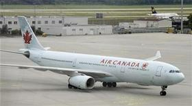 <p>Air Canada flight AC 846 which is believed to carry German-Canadian arms dealer Karlheinz Schreiber from Toronto, arrives at Munich International airport August 3, 2009. TREUTERS/Michael Dalder</p>