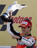 <p>O piloto espanhol Dani Pedrosa aproveitou uma queda do australiano Casey Stoner na volta de aquecimento e triunfou no Grande Prêmio de Valência de MotoGP neste domingo. REUTERS/Heino Kalis</p>