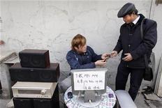 """<p>Un hombre devuelve un celular a un cliente luego de descargar música en el aparato, en un puesto callejero en Shanghái, 22 ene 2009. El castigo severo contra los que comparten archivos ilegales en internet será contraproducente en la lucha global contra la piratería en la web y la violación de los derechos de autor, dijo el director general de una agencia de las Naciones Unidas el jueves. Francis Gurry, de la Organización Mundial de Propiedad Intelectual (WIPO, por su sigla en inglés), señaló que la protección de los derechos de autor en el campo de la música está """"bajo la presión más severa"""" y que el problema se expandirá probablemente a las películas, ya que las conexiones de red son cada vez más veloces. REUTERS/Nir Elias/Archivo</p>"""