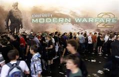 <p>Lors de la présentation de 'Call of Duty: Modern Warfare 2' au Gamescom, à Cologne. Activision Blizzard annonce avoir vendu 4,7 millions de copies de son jeu vidéo d'action le jour de sa sortie aux Etats-Unis et au Royaume-Uni, établissant ainsi un nouveau record pour le secteur. /Photo prise le 22 août 2009/REUTERS/Ina FAssbender</p>