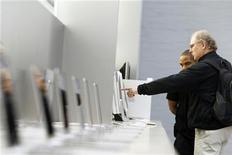 <p>Un cliente in un negozio di computer. REUTERS/Lucas Jackson</p>