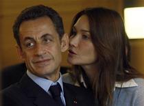 """<p>Президент Франции Николя Саркози (слева) с его жена Карла Бруни-Саркози во время посезения университета Паоли-Кальметт в Марселе 2 ноября 2009 года. Первая леди Франции, фотомодель и певица Карла Бруни-Саркози, отрицает обвинения в воздействии на политические решения президента Николя Саркози и говорит, что он """"не тот человек, который всегда соглашается с другими"""". REUTERS/Jean-Paul Pelissier</p>"""