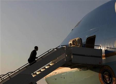 President Barack Obama boards Air Force One at Osan Air Base in Seoul, November 19, 2009. REUTERS/Jim Young (SOUTH KOREA POLITICS)