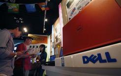 <p>Dell a enregistré une chute de 54% de son résultat trimestriel, à 337 millions de dollars pour son troisième trimestre fiscal clos le 30 octobre. Le chiffre d'affaires du numéro 3 mondial des ordinateurs personnels a également déçu, à 12,9 milliards de dollars, en recul de 15%. /Photo prise le 21 octobre 2009/REUTERS/Bobby Yip</p>