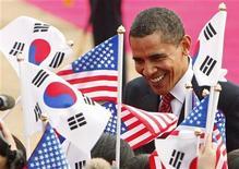 <p>Президент США Барак Обама общается с жителями Сеула 19 ноября 2009 года. Первый визит Барака Обамы в Азию в качестве президента США положил начало процессу обновления отношений между Вашингтоном и быстро меняющимся регионом, выявив при этом, что привыкшей доминировать Америке придется проявить терпение и умение идти на компромиссы. REUTERS/Jim Young</p>