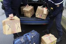<p>Les gendarmes ont procédé vendredi près de Nantes à l'incinération de près de 300 kilos de résine de cannabis, dont la combustion a approvisionné en vapeur d'eau une usine voisine. /Photo prise le 20 novembre 2009/REUTERS/Stéphane Mahé</p>