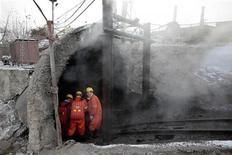 <p>Спасатели спускаются в шахту для посика выживших при взрыве газа в китайском городе Хэган 22 ноября 2009 года. Число погибших в результате взрыва на шахте в провинции Хэйлунцзян на северо-востоке Китая в понедельник достигло 104 человек, сообщило телевидение КНР. REUTERS/Aly Song</p>