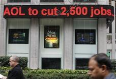 <p>Letreiro sobre demissões na AOL é exibido em Nova York. Caso o anúncio de mais 2,5 mil demissões que a America Online fez na quinta-feira sirva como referência, os dolorosos cortes que estão abalando o setor de mídia nos últimos 12 meses ainda estão longe de terminar.</p>