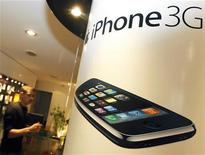 <p>Il manifesto pubblicitario per l'iPhone. REUTERS/Regis Duvignau (FRANCE BUSINESS)</p>