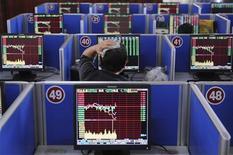 """<p>Люди работают на бирже в Тайюане 14 августа 2009 года. Будьте осторожней, увольняя очередного сотрудника - покинув рабочее место, """"ценный кадр"""" может прихватить с собой файлы с конфиденциальной информацией компании, свидетельствуют результаты исследования фирмы Cyber-Ark. REUTERS/Stringer</p>"""
