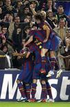 <p>Jogadores do Barcelona celebram gol em vitória de 2 x 0 sobre o Inter. REUTERS/Gustau Nacarino</p>