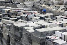 <p>Un hombre camina entre computadores en desuso en una de las fábricas de reciclaje más grandes de Taiwán, 24 nov 2009. Unas esculturas que representan símbolos de la antigua China como una tortuga de mar, un niño montado en un buey y unas grullas descansando encima de unos pinos difícilmente tienen aspecto de basura tóxica, pero casi lo fueron. Super Dragon Technology Industry, la mayor empresa de reciclaje en internet de Taiwán, fabrica las esculturas con las placas de los 18.000 ordenadores desechados que se reciben cada mes como una forma de diversificar su negocio mientras ayuda al medio ambiente. REUTERS/Pichi Chuang</p>