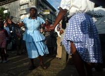 <p>Foto de archivo de unas mujeres garífuna en las calles de Livingston, Guatemala, nov 26 2009. Descendientes de esclavos africanos que huyeron a Guatemala dos siglos atrás honraron a sus ancestros el jueves en una colorida celebración de una cultura amenazada por la migración masiva hacia Estados Unidos. REUTERS/Daniel LeClair</p>