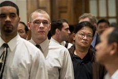 <p>Job seekers wait in a line for a turn to speak with a recruiter at a job fair in San Francisco, September 15, 2009. REUTERS/Robert Galbraith</p>