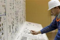 <p>A Russian technician works in the control room at the nuclear power plant in Bushehr, south of Tehran, February 25, 2009. REUTERS/Caren Firouz</p>