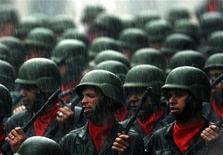 <p>Венесуэльские резервисты держат новые автоматы Калашникова во время парада в Каракасе 11 августа 2006 года. Россия строит в Венесуэле оружейные заводы для производства автоматов АК-103 и патронов к ним, а также готовится поставить 53 вертолета в эту латиноамериканскую страну, сообщил посол России в Венесуэле в понедельник. REUTERS/Jorge Silva</p>