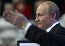 <p>Премьер-министр России Владимир Путин отвечает на вопросы граждан России в телестудии в Москве 3 декабря 2009 года. Премьер-министр РФ Владимир Путин, возглавивший правительство после 8 лет президентства, готов подумать о возвращении на пост главы государства в 2012 году. REUTERS/Ria Novosti/Pool/Alexei Druzhinin</p>