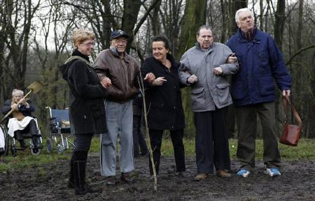 Residents of the Jewish elderly persons home Beth Shalom stand in front of a seedling of the Anne Frank Tree which has been planted in Amstelveen December 4, 2009.      REUTERS/Jerry Lampen