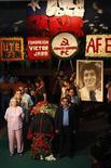 <p>El ataúd del cantautor chileno Víctor Jara en la sede de la Fundación Víctor Jara en Santiago, 3 dic 2009. La presidenta chilena, Michelle Bachelet, homenajeó el viernes al emblemático y reconocido cantautor Víctor Jara durante el velorio del artista 36 años después de su asesinato tras el golpe militar que encabezó Augusto Pinochet. Los restos de Jara, primero torturado y luego acribillado, fueron exhumados a mediados de año como parte de una investigación sobre las causas de su muerte durante la dictadura, uno de los casos más representativos de los crímenes cometidos en ese período (1973-1990). REUTERS/Ivan Alvarado</p>