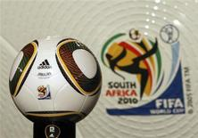 <p>Fifa apresenta nova bola oficial para Copa do Mundo de 2010 REUTERS/Mike Hutchings</p>