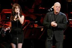 <p>Imagen de archivo de Billy Joel (derecha) junto a su hija Alexa Ray Joel, durante un concierto de beneficencia en Nueva York, realizado el 8 de mayo del 2008. REUTERS/Keith Bedford</p>