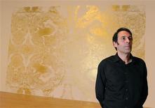<p>El artista británico Richard Wright posa junto a su obra anónima tras recibir el premio Turner de arte en Londres, dic 7 2009. Un pintor que no desea que ninguna de sus obras sobreviva a su muerte recibió el lunes uno de los mayores premios contemporáneos de arte a nivel mundial. REUTERS/Toby Melville</p>