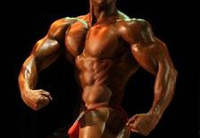 <p>A competitor poses in front of the judges during the national champions bodybuilding tournament in Havana November 8, 2009. REUTERS/Enrique De La Osa</p>