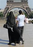 <p>Una donna in niqab davanti alla tour Eiffel in una foto d'archivio. REUTERS/Gonzalo Fuentes</p>