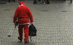 <p>Мужчина, одетый как Санта-Клаус, в Дюссельдорфе 5 декабря 2009 года. Санта-Клаусу следует скинуть лишний вес, отказаться от сладких пирожков и бренди и, наконец, сменить упряжку северных оленей на велосипед, чтобы стать хорошим примером здорового образа жизни для детей, говорится в исследовании австралийского доктора Натана Гриллса. REUTERS/Ina Fassbender</p>