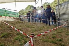 <p>Fotógrafos perto a área onde acrediatava-se que o poeta espanhol Federico Garcia Lorca e outros estavam enterrados, nesta foto de arquivo tirada em Alfacar, nos arredores de Granada, Espanha, 28 de outubro de 2009. REUTERS/Pepe Marin</p>
