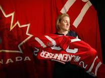 <p>Hayley Wichenheiser puts on her jersey after being announced captain of the 2010 Canadian Olympic women's hockey team in Calgary, December 21, 2009. REUTERS/Todd Korol</p>
