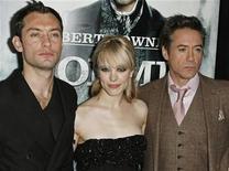 """<p>Los actores Jude Law (izq), Rachel McAdams y Robert Downey Jr. en el estreno de """"Sherlock Holmes"""" en Nueva York, 17 dic 2009. El público ha dado a Hollywood un gran regalo anticipado de Navidad: el martes por la noche la recaudación en los cines de Estados Unidos y Canadá en el 2009 superaría por primera vez en la historia la marca anual de 10.000 millones de dólares. REUTERS/Finbarr O'Reilly</p>"""