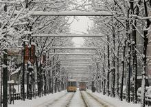 <p>Tram in una Milano imbiancata dalla neve. REUTERS/Alessandro Garofalo</p>