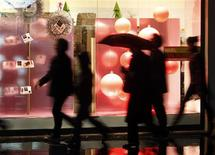 <p>Franceses passam por vitrine decorada para o Natal, em Nice. REUTERS/Eric Gaillard(FRANCE - Tags: BUSINESS)</p>