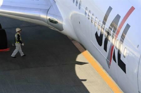 12月29日、JALの法的整理案で前原国交相と主力銀行首脳が協議したことが明らかに。写真は羽田空港で撮影したJAL機(2009年 ロイター/Kim Kyung-Hoon)