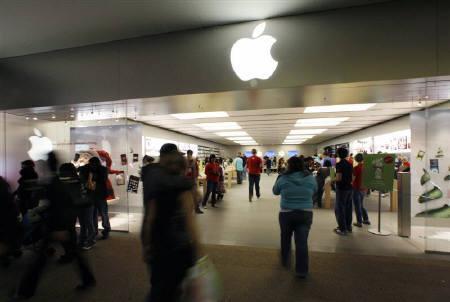 12月29日、フィンランドのノキアは、米アップルが7件の特許を侵害したとして米ITCに提訴した。写真は昨年11月、アップルストア前で(2009年 ロイター/Fred Prouser)