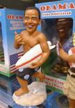 <p>Кукла президента США Барака Обамы на витрине магазина в Гонолулу 27 декабря 2009 года. Президент США Барак Обама в 2009 году стал одним из самых заметных политиков, несмотря на то что его рейтинг на родине серьезно снизился к концу года. REUTERS/Larry Downing</p>
