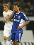 <p>Foto de arquivo do jogador brasileiro Rafinha, do Schalke 04, durante partida contra o Bayer Leverkusen em outubro de 2009. O jogador não compareceu ao treinamento da equipe nesta quarta-feira e não apresentou justificativa para a ausência, de acordo com o técnico Felix Magath. REUTERS/Ina Fassbender</p>