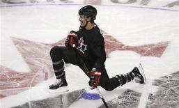 <p>Scott Niedermayer of the Anaheim Ducks stretches during a practice at the Canada's Olympic hockey training camp in Calgary in this August 24, 2009 file photo. Hockey Canada named on Wednesday the 23 players who will carry the weight of the host country's dreams at the 2010 Vancouver Olympics. Niedermayer was named captain. REUTERS/Todd Korol</p>
