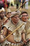 <p>Il presidente sudafricano Jacob Zuma durante una danza tradizionale per il suo matrimonio con Tobeka Madiba, la sua quinta moglie, nel villaggio di Nkandla, nel KwaZulu-Natal. REUTERS/Siphiwe Sibeko</p>