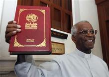 """<p>Il direttore del quotidiano della Malaysia """"Herald, The Catholic Weekly"""", padre Lawrence Andrew, mostra ai fotografi una Bibbia scritta in arabo, all'uscita dal tribunale di Kuala Lumpur. REUTERS/Bazuki Muhammad</p>"""