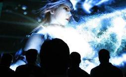 """<p>Visitantes observan el trailer del juego de video de Square Enix """"Final Fantasy XIII"""" durante un evento en Los Angeles, 3 jun 2009. Con un nuevo año por adelante, los editores de videojuegos regresarán a sus raíces y a los usuarios más leales para mantener sus ventas, mientras se prevé que una contracción en la industria provocaría una caída generalizada en el lanzamiento de productos nuevos. Square-Enix estrenará su más reciente juego de fantasía y roles """"Final Fantasy XIII"""" este año. REUTERS/Mario Anzuoni (UNITED STATES ENTERTAINMENT BUSINESS)</p>"""
